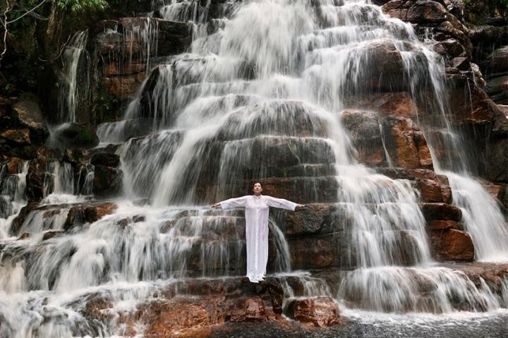 marina-abramovic-waterfall-2014-series-in-goias-state-photo-marco-anelli